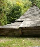 Stary drewniany dom z drewnianym dachem w lesie, tło Fotografia Stock