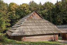Stary drewniany dom z drewnianym dachem w lesie, tło Obraz Royalty Free