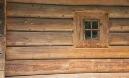 Stary drewniany dom z nadokiennym tłem Obrazy Royalty Free