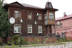Stary drewniany dom z telewizyjnymi antenami obrazy royalty free