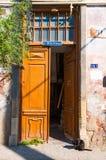 Stary drewniany drzwi, czarny kot przy drzwi Zdjęcie Royalty Free