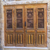 Stary drewniany drzwi dekorował metalem i drewnianymi motywami. Obraz Stock