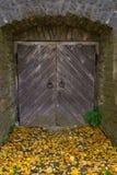 Stary drewniany drzwi i kamienna ściana, Fotografia Royalty Free