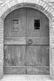 Stary drewniany drzwi lub brama monochromatyczny brzmienie Zdjęcia Royalty Free