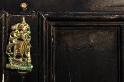 Stary drewniany drzwi mieścić z mosiężnym knocker kształtował żeglowanie statek Zdjęcie Royalty Free