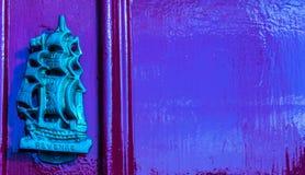Stary drewniany drzwi mieścić z mosiężnym knocker kształtował żeglowanie statek Zdjęcia Royalty Free