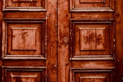 Stary drewniany drzwi na drewnianym i szklanym drzwi obraz stock