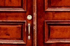 Stary drewniany drzwi na drewnianym i szklanym drzwi fotografia royalty free