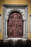 Stary drewniany drzwi obramiający rzeźbiącym kamieniem tinted Fotografia Royalty Free