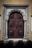 Stary drewniany drzwi obramiający rzeźbiącym kamieniem tinted Zdjęcia Stock