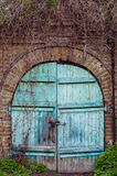 Stary drewniany drzwi w ściana z cegieł jako tło niebieskie drzwi drewniane Fotografia Royalty Free