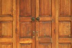 Stary Drewniany drzwi w Tajlandzkim stylowym tekstury tle Fotografia Royalty Free