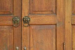 Stary Drewniany drzwi w Tajlandzkim stylowym tekstury tle Fotografia Stock