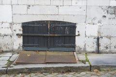 Stary drewniany drzwi z żaluzjami, żelazo talerz w ściennym Maastricht holandie zdjęcia royalty free