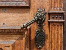 Stary drewniany drzwi z żelazną rękojeścią zdjęcia royalty free
