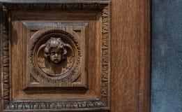 Stary drewniany drzwi z żelaznym rękojeść szczegółem zdjęcia royalty free