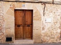 Stary drewniany drzwi z żelaznymi drzwiowymi rękojeściami Fotografia Royalty Free