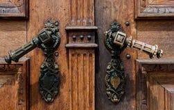 Stary drewniany drzwi z żelaznymi rękojeściami obrazy stock