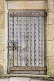 Stary drewniany drzwi z żelazo stadninami i ośniedziałymi zawiasami, pytlowy zamknięty zdjęcia royalty free