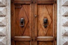 Stary drewniany drzwi z antykwarskimi ornamentami Zdjęcie Royalty Free