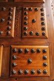 Stary drewniany drzwi z dokonanym żelazem wyszczególnia schodek kształtującego Zdjęcie Royalty Free