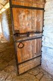 Stary drewniany drzwi z forged masywnymi metali elementami obrazy stock
