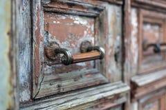 Stary drewniany drzwi z kędziorkiem obrazy stock