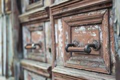 Stary drewniany drzwi z kędziorkiem obrazy royalty free
