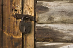 Stary drewniany drzwi z ośniedziałym kędziorkiem Zdjęcia Royalty Free