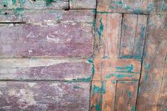 Stary drewniany drzwi z obieranie farbą od desek Zdjęcia Stock