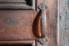 Stary drewniany drzwi z starą drzwiową gałeczką dla druku fotografia royalty free