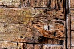 Stary drewniany drzwiowy szczegół z kluczowymi dziurami Obraz Stock