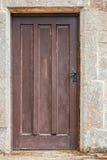Stary drewniany drzwiowy ustawiający w kamieniu Zdjęcia Stock