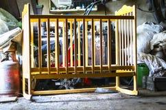 Stary Drewniany dziecka ściąga, kołyska, łóżka polowego łóżko w Upaćkanej magazyn jacie, garaż Narastający W górę, życie kursu po obraz royalty free