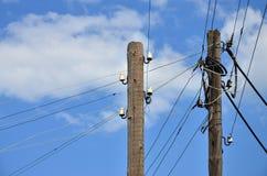 Stary drewniany elektryczny słup dla przekazu depeszująca elektryczność na tle chmurny niebieskie niebo Przestarzała metoda uzupe Obrazy Stock