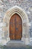 Stary drewniany gothic kościelny drzwi z schodkami - obraz stock