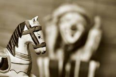 Stary drewniany koń i stara marionetka w sepiowym tonowaniu, Zdjęcia Royalty Free