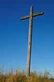 Stary drewniany krzyż przeciw niebieskiego nieba tłu zdjęcie royalty free
