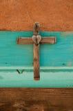 Stary Drewniany krzyż z sercem Zdjęcia Stock