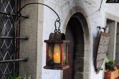 Stary drewniany lampion z świeczką blisko starego budynku Zdjęcia Stock