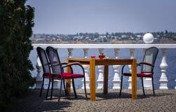 Stary drewniany meble na restauracyjnym ` s balkonie na niebieskiego nieba tle Relaksujący miejsce dla wakacje kosmos kopii zdjęcie stock