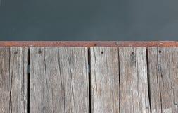 Stary drewniany molo przy brzeg rzeki jest aktywny Zdjęcie Royalty Free