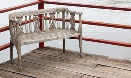 Stary drewniany molo z drewnianymi krzesłami także Obrazy Royalty Free