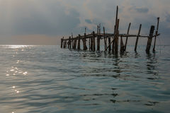 Stary drewniany most w morzu przy ranku czasem Fotografia Royalty Free