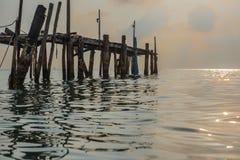 Stary drewniany most w morzu przy ranku czasem Zdjęcia Stock