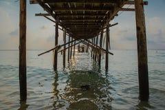 Stary drewniany most w morzu przy ranku czasem Obraz Royalty Free