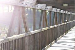 Stary drewniany most w parku zdjęcie stock
