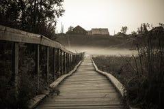 Stary drewniany most wioski wzgórze Rocznik gothic nieociosana czarny i biały fotografia Fotografia Royalty Free