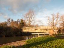 stary drewniany odprowadzenie most nad wodnym zmierzchu krajobrazem zdjęcie royalty free