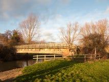stary drewniany odprowadzenie most nad wodnym zmierzchu krajobrazem obraz stock
